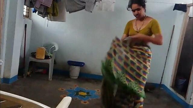 مایا مونا غنی اس کے crotch میں سکس ایرانی شیراز ایک dildo کے ساتھ سفید